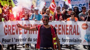 Des manifestants défilent contre la réforme de la SNCF, le 24 avril 2018 à Lyon (Rhône). (NICOLAS LIPONNE / NURPHOTO / AFP)