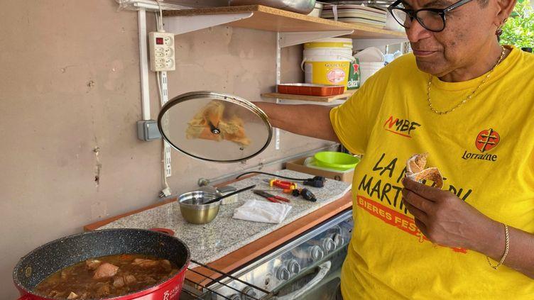 Marie-Jo prépare un ragoût de porc pour le repas de Noël.  (BORIS LOUMAGNE / RADIO FRANCE)