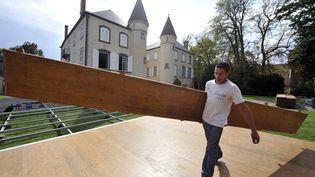 Un ouvrier prépare la vente aux enchères des meubles du château deVarvasse, propriété de Valéry Gisard d'Estaing à Chanonat (Puy-de-Dôme), le 21 septembre 2012. (THIERRY ZOCCOLAN / AFP)
