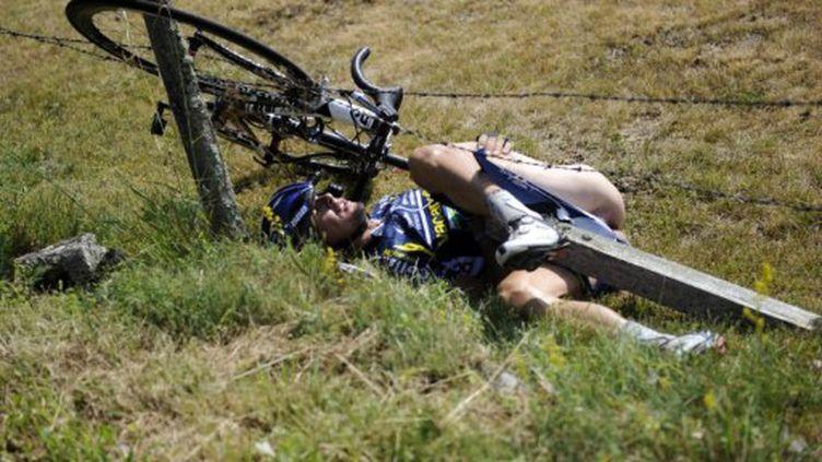 Johnny Hoogerland dans le fossé après sa terrible chute (LIONEL BONAVENTURE / AFP)
