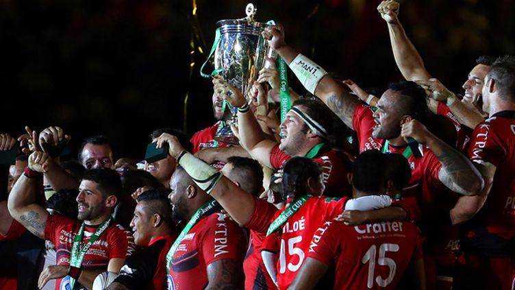 Les joueurs du RCT soulèvent la Coupe d'Europe de rugby (GEOFF CADDICK / AFP)