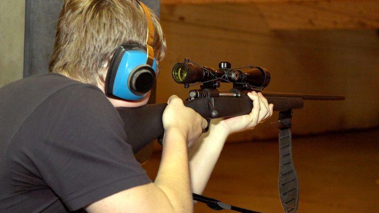 Un jeune homme s'entraîne à tirer, le 12 juillet 2012 dans le sud de la Louisiane (Etats-Unis). (VARLEY / SIPA USA / SIPA)