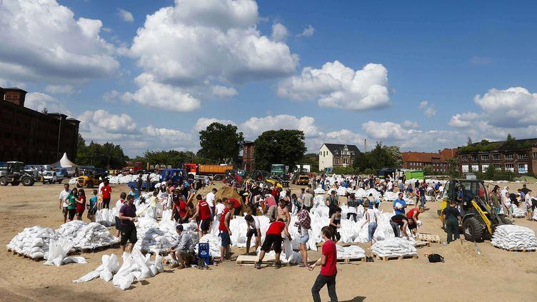 Des centaines de volontaires arrivent àWittenberge, dans le Brandebourg (Allemagne), pour aider la population, le 10 juin 2013. (MARKUS SCHREIBER / AP / SIPA)
