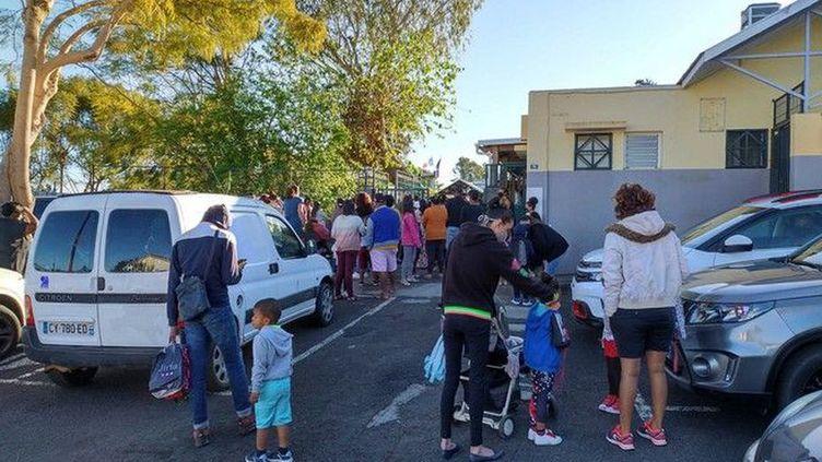 Des élèves et parents devant une école de La Réunion pour la rentrée scolaire, le 17 août 2020. (WILLY THEVENIN / REUNION LA 1ERE)