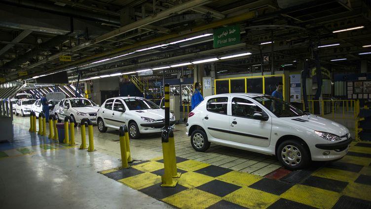 Des voitures Peugeot 206 sortent de la production à Téhéran (Iran), le 20 février 2016. (BEHROUZ MEHRI / AFP)