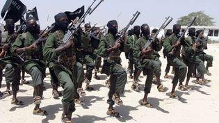 Cette photo du 17 février 2011 montre des combattants shebabs nouvellement entraînés lors d'un exercice militaire, à 18 km au sud de Mogadiscio, la capitale de la Somalie. (FARAH ABDI WARSAMEH / AP / SIPA)