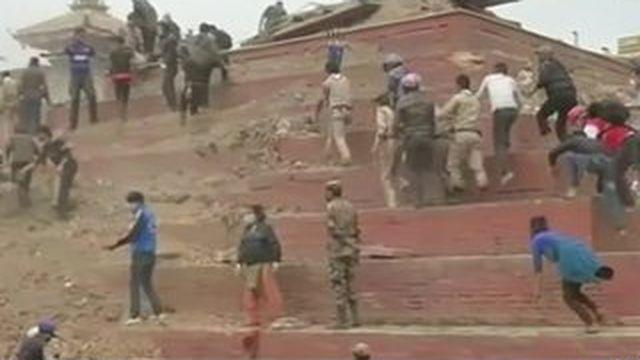 Népal : les secouristes dans l'urgence