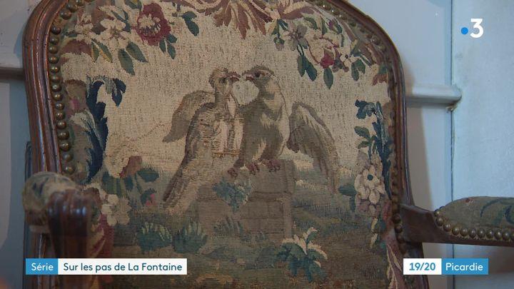 Un fauteuil brodé avec une illustration inspirée d'une fable de La Fontaine. (France Télévisions)