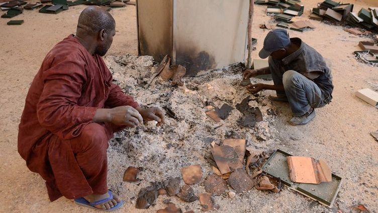 Les cendres de manuscrits anciens, brûlés par les islamistes qui contrôlaient Tombouctou avant la reprise de la ville  (Eric Feferberg / AFP)