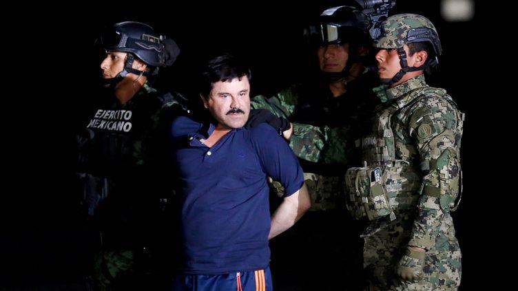 """Des soldats escortent Joaquin """"El Chapo"""" Guzman, le 8 janvier 2016 à Mexico. (TOMAS BRAVO / REUTERS)"""