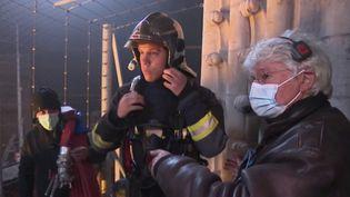 """Les équipes de France Télévisions se sont rendues pour le JT du 19/20 du vendredi 9 avril sur le tournage de """"Notre-Dame brûle"""", le prochain film du réalisateur Jean-Jacques Annaud. (CAPTURE ECRAN FRANCE 3)"""