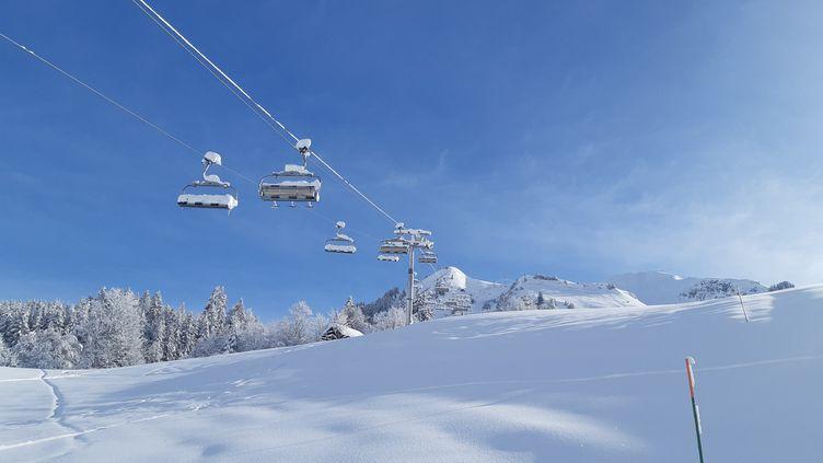 Des remontées mécaniques fermées, dans la station de ski du Grand Bornand, en Haute-Savoie, en janvier 2021. (ANABELLE GALLOTTI / RADIO FRANCE)