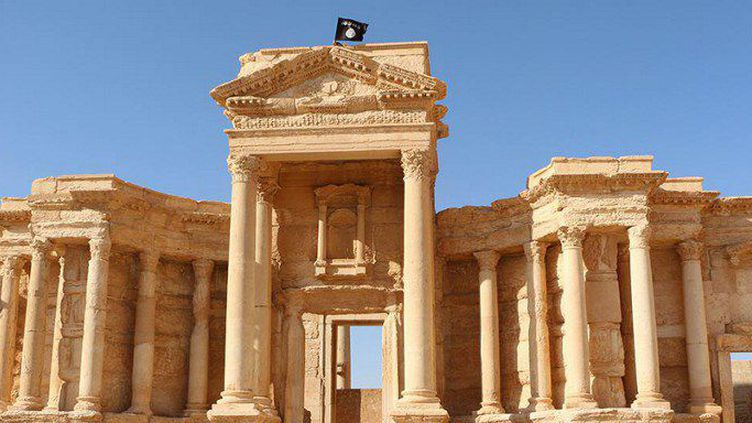 """Palmyre est tombée en mai aux mais de Daech (AFP PHOTO / HO / WELAYAT HOMS"""" )"""