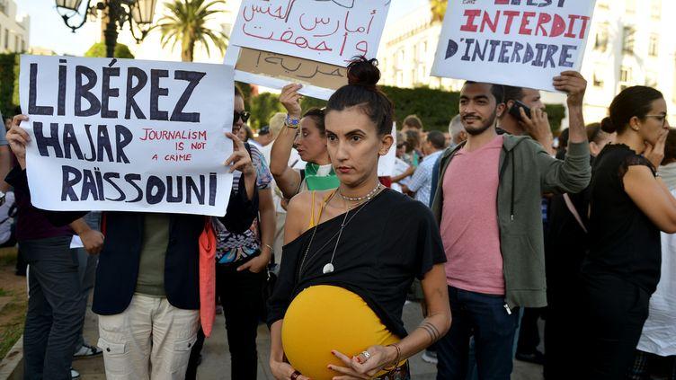 """Des manifestants brandissent des pancartes appelant à libérer Hajar Raissouni, journaliste marocaine condamnée à un an de prison pour """"avortement illégal"""" et relations sexuelles hors mariage, à Rabat, le 2 octobre 2019. (STRINGER / AFP)"""