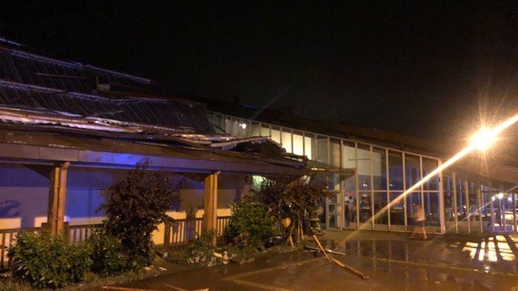 Le toit de la salle des fêtes de Doussards'est partiellement effondré pendant un concert de l'école de musique, à cause de la pluie et des vents violents, lundi 1er juillet 2019. (RICHARD VIVION / RADIO FRANCE)