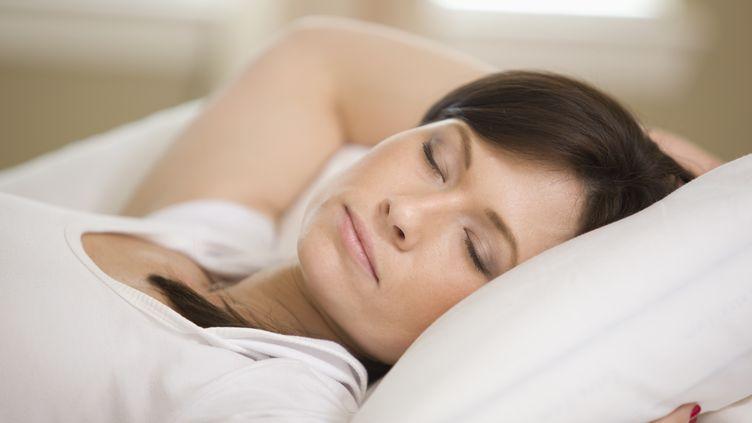Ceux qui dorment beaucoup ont un indice de masse corporelle moins élevé que ceux qui dorment moins de 7 heures. (JOSE LUIS PELAEZ INC / BLEND IMAGES / GETTY IMAGES)