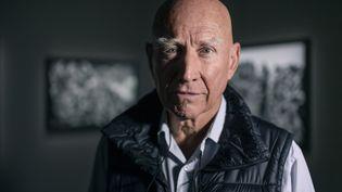 "Le photographe Sebastiao Salgado lors de l'exposition""Gold"" à Stockholm en 2019 (STINA STJERNKVIST / TT NEWS AGENCY)"