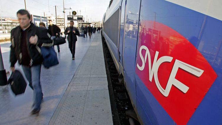 Des voyageurs en gare deMarseille Saint-Charles (Bouches-du-Rhône), le 22 novembre 2005. (GERARD JULIEN / AFP)