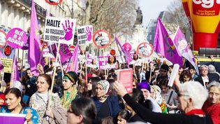 Des manifestants défilent à Paris pour la Journée internationale des droits des femmes, le 8 mars 2015. (JALLAL SEDDIKI / CITIZENSIDE / AFP)