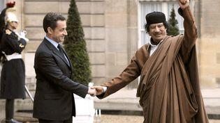 L'ancien président de la République, Nicolas Sarkozy, et l'ancien dirigeant libyien Mouammar Kadhafi, le 10 décembre 2007 à Paris. (ERIC FEFERBERG / AFP)