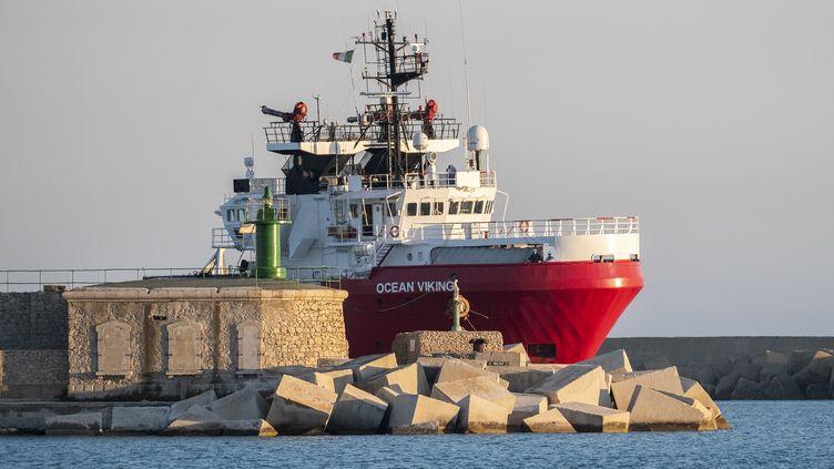 """L'""""Ocean Viking"""" à son arrivée àPorto Empedocle, en Sicile (Italie), le 6 juillet 2020. (GIOVANNI ISOLINO / AFP)"""