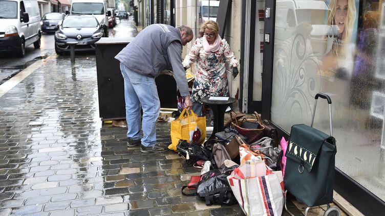 Des commerçants de Montargis (Loiret)nettoient leurs commerces inondésle 2 juin 2016. (ALAIN JOCARD / AFP)