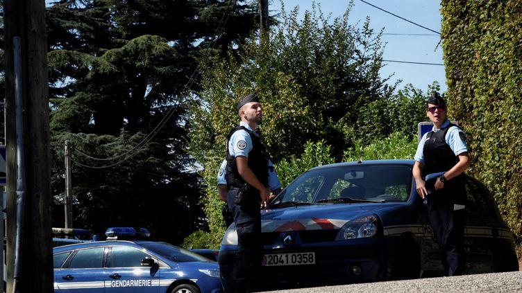 Des gendarmes, le 5 septembre 2017 à Domessin (Savoie), devant le domicile du principal suspect dans l'enquête sur la disparition de la petite Maëlys. (JEFF PACHOUD / AFP)