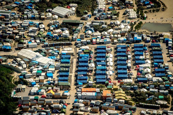 Vue aérienne de la 'jungle' de Calais (Pas-de-Calais), le 16 août 2016. (PHILIPPE HUGUEN / AFP)