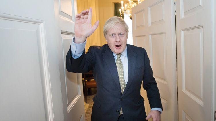 Le Premier ministre Boris Johnson, applaudi par son équipe, le 13 décembre 2019 au 10, Downing Street, à Londres (Royaume-Uni). (STEFAN ROUSSEAU / AFP)