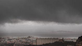 Des nuages noirs au-dessus de Marseille, le 13 mai 2018. (BORIS HORVAT / AFP)