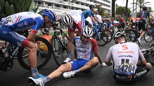 Le Français Thibaut Pinot au sol après une chute lors de la première étape du Tour de France 2020, à Nice (Alpes-Maritimes), samedi 29 août 2020. (ANNE-CHRISTINE POUJOULAT / AFP)
