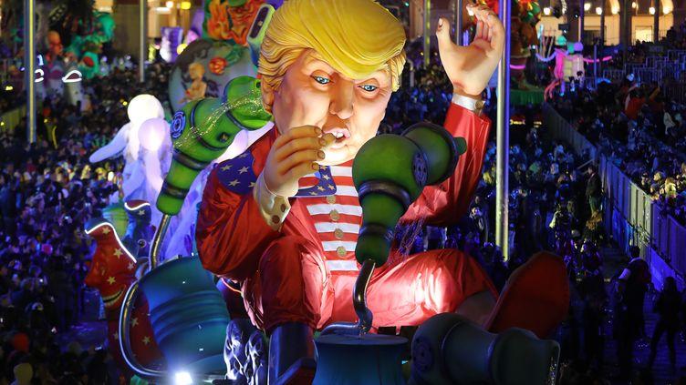Une effigie de Donald Trump a défilé à Nice, samedi 11février. (VALERY HACHE / AFP)