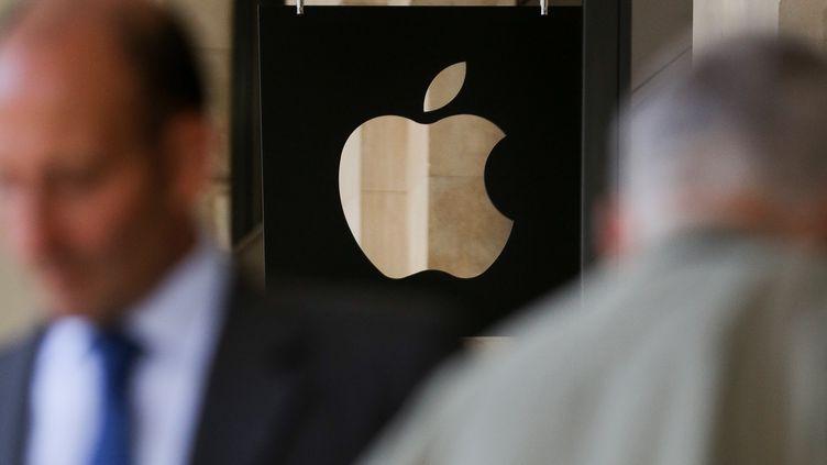 Un logo de la marque Apple devant une boutique londonienne, en août 2016. (DANIEL LEAL-OLIVAS / AFP)