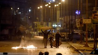 Des manifestantsbloquent une rued'Ettadhamen (Tunisie), le 17 janvier 2021. (FETHI BELAID / AFP)