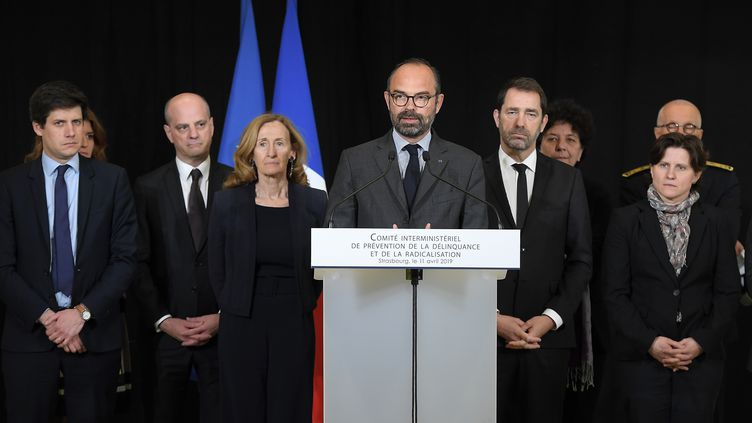 Le Premier ministre Edouard Philippe entouré de plusieurs des membres de son gouvernement, lors d'une conférence de presse à Strasbourg le 11 avril 2019 (FREDERICK FLORIN / AFP)