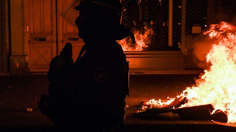 Un policier participant à l'évacuation d'un camp de migrants installé place de la République à Paris, lundi 23 novembre 2020. (ALAIN JOCARD / AFP)