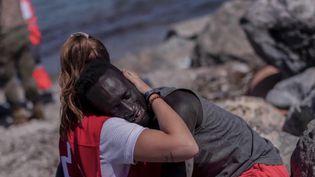 Ceuta : après être venue en aide à un migrant, une secouriste se fait harceler sur les réseaux sociaux. (FRANCEINFO)
