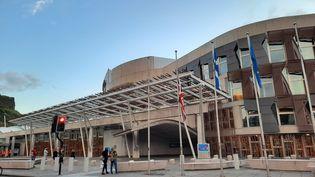 Le Parlement écossais, à Édimbourg. Le drapeau du Royaume-Uni, à gauche, flotte un peu plus bas que les drapeaux européen et écossais. (RICHARD PLACE / FRANCEINFO / RADIO FRANCE)