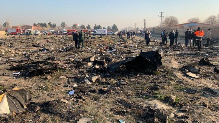 Des débris du Boeing 737 de la compagnieUkraine International Airlinesqui s'est écrasé le 8 janvier 2020 peu après le décollage à Téhéran (Iran). (FATEMEH BAHRAMI / ANADOLU AGENCY / AFP)