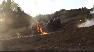 Les affrontements entre forces de l'ordre et manifestants, sur le site du barrage de Sivens (Tarn), ont été filmés par un groupe d'opposants le 25 octobre 2014. ( FRANCE 2)