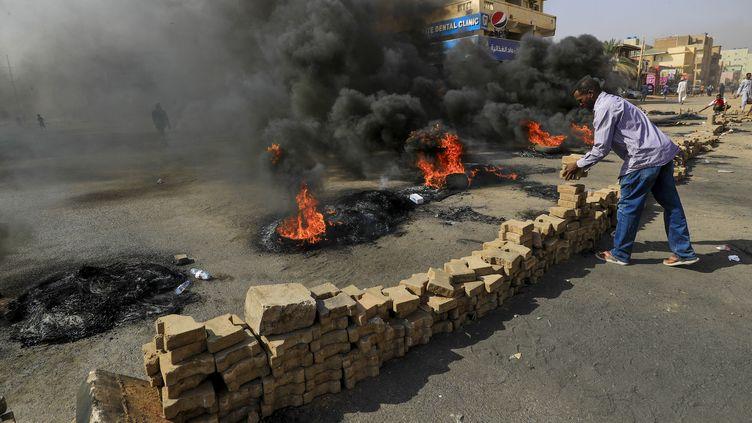 Des manifestants se rassemblent dans les rues de Khartoum, la capitale du Soudan, pour protester contrel'arrestation de plusieurs dirigeants, le 25 octobre 2021. (ASHRAF SHAZLY / AFP)