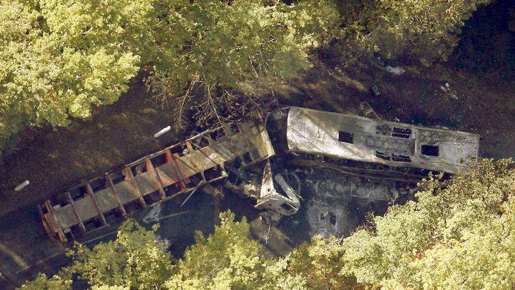 Une vue aérienne de la collision frontale entre un bus et un camion qui a fait au moins 43 morts à Puisseguin (Gironde), le 23 octobre 2015. (REGIS DUVIGNAU / REUTERS)