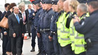 Le ministre de l'Intérieur français, Bernard Cazeneuve, et son homologue britannique, Theresa May, à Calais (Pas-de-Calais), jeudi 20 août 2015. (PHILIPPE HUGUEN / AFP)