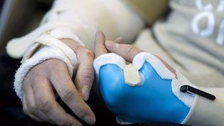 Les mains de Brendan Marrocco, sergent à la retraite de l'armée américaine, greffé des deux bras, le 29 janvier 2013 à l'hôpital Johns Hopkins de Baltimore (Etats-Unis). (JOSE LUIS MAGAUA / REUTERS)