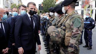 Emmanuel Macron et le maire de Nice Christian Estrosi devant la basilique Notre-Dame à Nice (Alpes-Maritimes), le 29 octobre 2020. (ERIC GAILLARD / AFP)