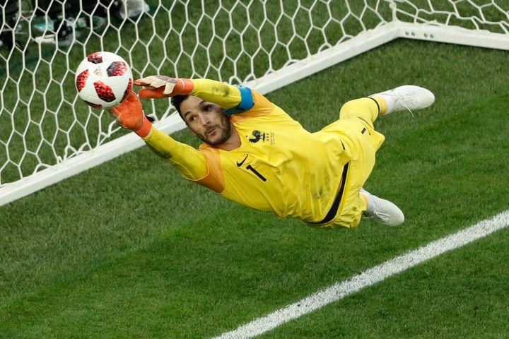Le gardien français Hugo Lloris sauve l'équipe de France face à la Belgique lors de la demi-finale de Coupe du monde, mardi 10 juillet 2018 àSaint-Pétersbourg (Russie). (ADRIAN DENNIS / AFP)