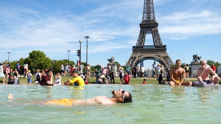 Parisiens et touristes se baignent dans les fontaines du Trocadéro pendant un épisode de fortes chaleurs, le 4 août 2018. (NATHANAEL CHARBONNIER / FRANCE-INFO)