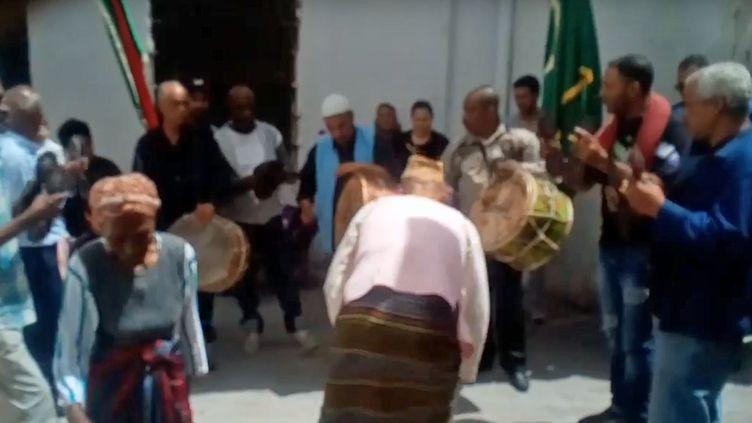 Rite stambali dans la médina de Tunis en 2017. «Troupe stambali Sidi Ali Iasmar charbonnier» (capture d'écran d'une vidéo Youtube) (DR (capture d'écran))
