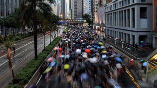 Des manifestants envahissent les rues d'Hong Kong pour réclamer plus de démocratie, dimanche 18 août 2019. (MANAN VATSYAYANA / AFP)