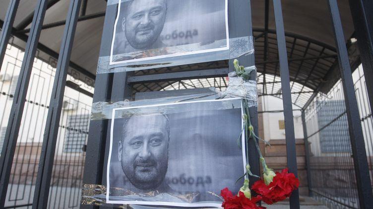 Des personnes ont rendu hommage, le 30 mai 2018 à Kiev (Ukraine) au journaliste russe Arkadi Babtchenko, dont la mort avait été annoncée mais elle n'était en fait qu'une mise en scène (STR / NURPHOTO / AFP)